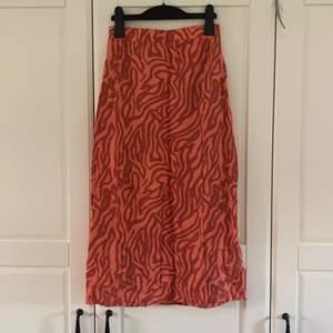 Fin kjol från Ginatricot. Som ny! Slits vid vänster ben. Kom privat vid frågor❤️💖💜🧡