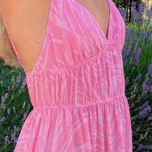SÖKER denna rosa långklänning från HM💓 Helst storlek 34/36, gör gärna av er om ni är villiga att sälja