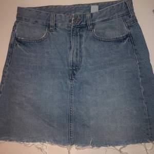 Superfin jeanskjol från H&M!! Säljer då den inte passar mig längre 🧡