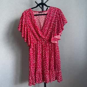 Röd klänning med hjärtan ifrån SHEIN i storlek XL. Är resår i midjan! Aldrig använd.