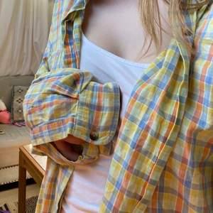 Fin sommrig skjorta i olika färger. Jag är 163 cm lång. Den sitter oversized på mig och är av mjukt fint material.