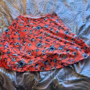 Nu säljer jag min fina kjol som jag älskar orange fin bra till sommaren är jätte skön man kan ha den när som helst och jätte skön att bara sova med och gosa med familjen så skön ❤️💞