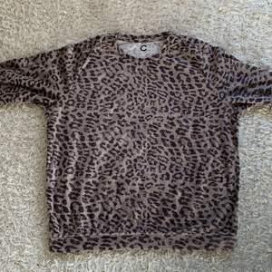Säljer min leopard tröja ifrån Cubus som inte kommer till användning! Jättemysig tröja
