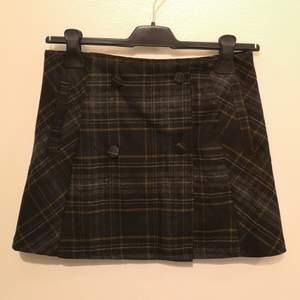 Helt ny minikjol från Pull & Bear▪️XS/S▪️36 cm lång, 63 cm midjemått▪️Köpt för länge sedan & aldrig kommit till användning med min stil▪️Knäpps med knapparna framtill och innerknapp▪️