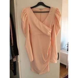 Jättefin ljusrosa klänning med puffärmar. Storlek s