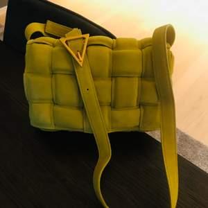 Säljer min helt nya Bottega Veneta väskan i färgen lemon. Alla stämplar och logos finns där som på originalet. Superbra kvalitet! Storlek : 26cm. Spårbar frakt ingår i priset.