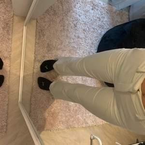 """‼️LÄS NOGA‼️ Säljer dessa sjukt fina och populära """"Vilma suit trousers"""" från BikBok, dom är som nya och har tyvärr inte kommit till användning. Köpte dom för 399;- men jag säljer dom för 150 kr. Storlek 34 och jag är 1.68cm. Frakten kan diskuteras"""