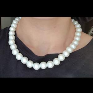 Säljer pärlhalsband i olika färger, 1 för 20kr. Köparen står för frakten som ligger på 12kr. Kolla gärna in andra annonser!!