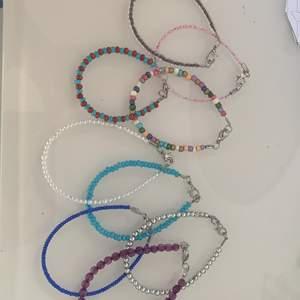 """Säljer några armband som jag alldrig använder tyväär """"helt nytt skicka"""" köpte dem för 50 kr styck men säljer för 20kr styck"""