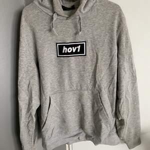 Hov1 hoodie, den är i nyskick, stl S men oversized, nypris 600kr, använd 1 gång bara