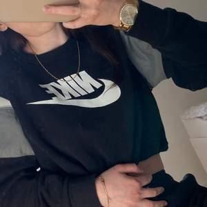 Jag säljer den Nike hoodie eftersom det kommer inte till användning. 🌼
