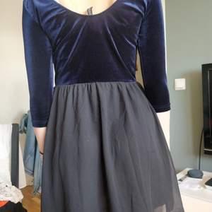Klänning med topp i sammet, och lite puffig kjol. Lite trång i armarna för storlek M. Kan funka på storlek S-XS. Eller om man har tunna armar