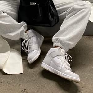 Säljer dessa Nike Dunk High Vast Grey i storlek 37.5. Använda ett fåtal gånger (se skick på sista bilden) 🤍
