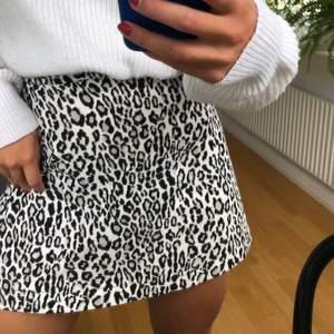 Säljer denna leopardmönstrade kjol som är köpt på nakd i storlek Xs. Jag är 165 cm lång och kjolen går ungefär till mitten på låren på mig.