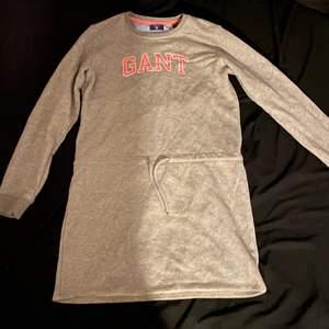 Säljer en långärmad klänning ifrån Gant i storlek 170 (men passar mig som är 36-38 i vanliga fall). Klänningen är i fint skick och har snörning i midjan som gör att den kan dras åt för att markera midjan. Köparen står för frakt!