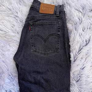 Säljer ett par tillgjorda Levis shorts som innan var jeans i strl 26