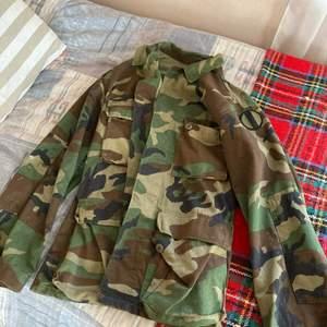 Camouflage jacka storlek S/M passar bäst på S.