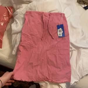 Rosa Manchester kjol från United colors of benetton men köpt på sellpy. Strl 158, kan nog passa nån som har XXS/xs/ liten S. Väldigt y2k🥰