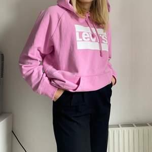 Rosa oversized hoodie köpt från Levis och knappt använd alls! Sjukt mysig på sommarkvällar eller när man ska hem från badet!🥰 Passar alla storlekar. Köparen står för frakten!!💗💗
