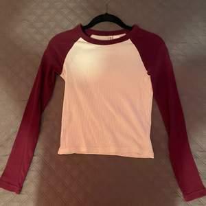 En jättefin tröja som tyvärr måste säljas, pga stil byte. Tröjan är väldigt stretchig & passar därför fletal strl💗 personligen så stylade tröjan med ett par blåa lowwaisted byxor😁