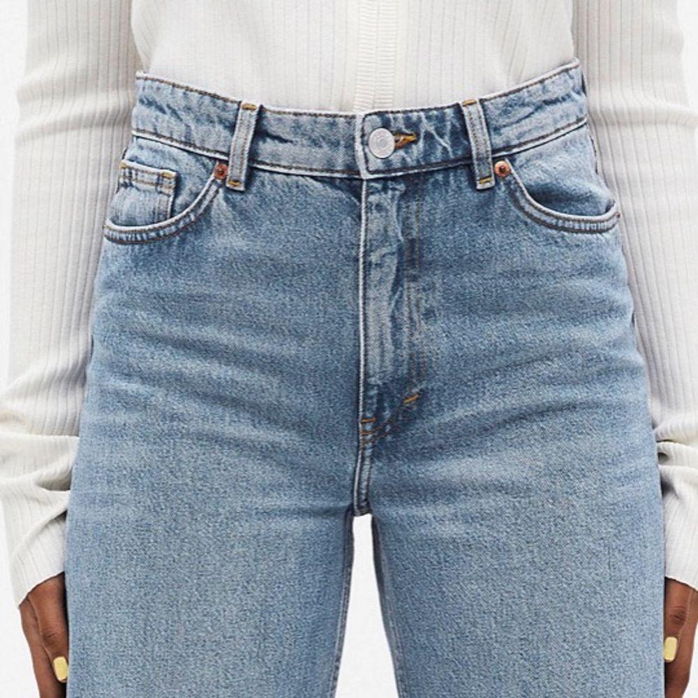 Säljer dessa super snygga jeansen då dem tyvärr blivit för små💞Inga skador. Köparen står för frakt, kom privat för fler bilder på jeansen💞nypris:400kr (villig att sänka pris vid snabb affär). Jeans & Byxor.