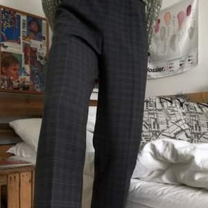 Jättefina lågmidjade kostymbyxor. Vintage storlek 42, passar 34/36 skulle jag säga. Har på mig ett par väldigt liknande på andra bilden. Frakt tillkommer