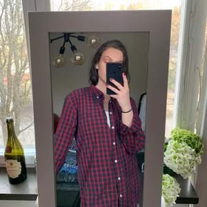 """superfin röd/mörkblå rutig """"skogshuggare-skjorta"""" från SVEA. herr storlek XL. superfint skick! 🤎"""