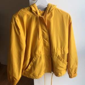Fin jacka i gul färg, inte använd många gånger bra skick