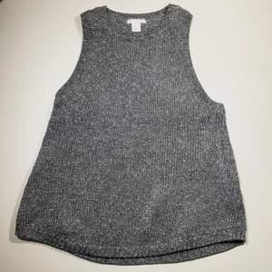 Glittrigt linne med metalltrådsmaterial, men skönt mot huden ändå! Kommer från H&M trend. Suuuuperfin.Köparen står för frakt 📩 3 för 120kr på min profil ✨