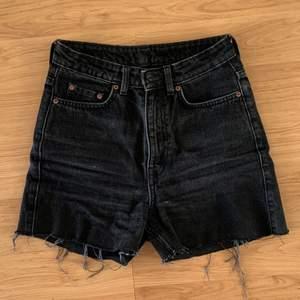 Row jeans som jag klippt till shorts. Strl:25/32! Köparen står för fraktkostnaden😊