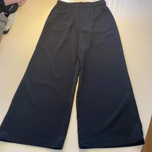 Utsvängda byxor från veromoda, fladdriga, sköna och snygg passform.