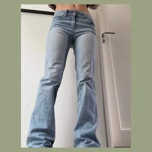 Lowwaist jeans i strl 34 som aldrig använts🌼 Har en jätteliten blek fläck på benet men som man ser i bild 2 syns den knappt :) Går över hälarna på mig som är 160 så går att sy upp. 120 + frakt     (PS: kolla in min profil för handgjorda linnen och andra fynd)