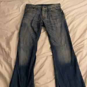 Bästa y2k jeansen!!! Säljer ett par ljusblåa 90's Vintage Crocker Jeans. Dom är bara så snygga och har massor av fina detaljer som på bakfickorna!!😍😍 Tyvärr så passar dom inte och det är därför jag säljer :/. Storlek: W31, L32