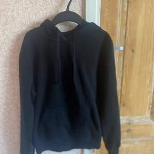 Svart enkel basic hoodie som alla behöver ifrån hm😀