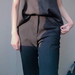 säljer dessa svarta/mörkblå kostymbyxor från hm! supersköna och snygga! knappt använda då de är liiiite stora i midjan 💖