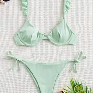 Världens sötaste bikini, färgen är precis som på bilden! Säljer pga för liten för mig (skulle snarare säga att det är en XS). Endast överdelen testad!