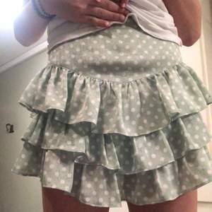 Intressekoll!!! På denna jätte fina populära slutsålda zara kjol💕💕 Tänkte kanske sälja denna kjol beroende på vad jag kan få för bud för den så kom med bud!!❤️❤️ Ni kan komma med bud privat också!!!💕