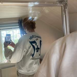 Slutsåld sweatshirt från ZARA med både tryck bak o fram