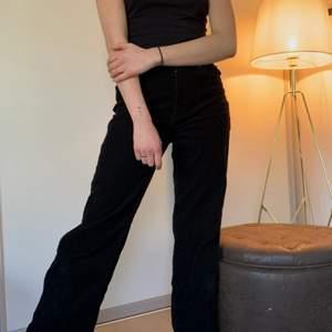 Manchester byxof från monki , svarta , strl 38 , använd fåtal gånger , köpte för 500 kr !  kan mötas upp eller frakta !<3