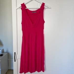 Superfin klänning i stl S från SOAKED, en mörkare rosa/fuchsia färgad. Bra skick!