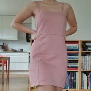 Så söt rosa klänning! Säljer då den tyvärr inte kommer till användning 💕 Skickar gärna fler bilder och köparen står för frakten som tillkommer på 66 kr 💌