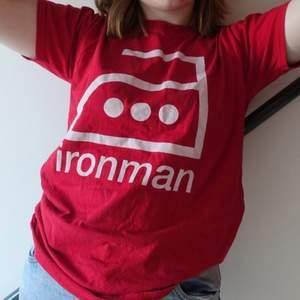 """Röd graphic tee. Tryck av ett strykjärn och texten """"ironman"""". Helt unik, väldigt rolig. Storlek M men sitter snyggt baggy på mindre storlekar också🥰❤️"""