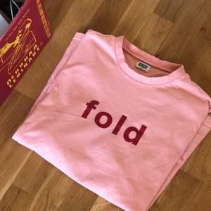 Weekday tröja från tidigare kollektion, påminner om Frank Ocean merch💗 Sitter jättehärligt och högt i kragen. Tröjan har en otroligt liten fläck som förmodligen går bort i tvätten (bild 2)