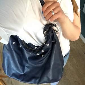 Ball, unik marinblå väska med nitar. Fungerar att ha över axeln eller över bröstet. Frakt tillkommer på 66kr, annars kan jag även mötas upp i Stockholm. Hör av dig vid frågor🤠💕