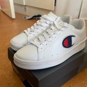 Ett par vita Champion skor har storleken 42. Skorna är nyköpta, har HELT oanvänt. Passar perfekt till sommar när du ska ut.