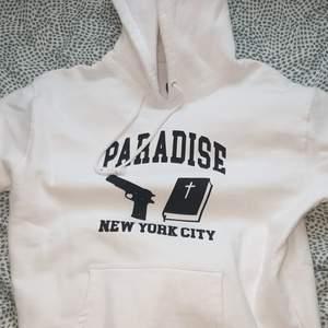 En vit hoodie från märket paradise Nyc. Köpt på junkyard förra året för 1200 kronor. Använd 1 gång!!! Köpare står för frakten
