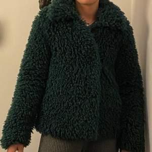 Sjukt cool jacka från NA-KD 🧥 en trendig mörkgrön färg! I nyskick! Storlek 36! Pris kan diskuteras vid snabb affär!