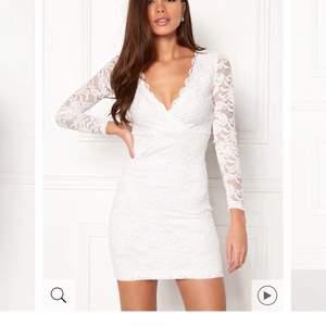 """Hej! Jag söker denna klänning från Bubbleroom som heter """"Marta Lace Dress White"""" i storlek M, skicka meddelande om du eller någon du känner har denna och kan tänka sig sälja den. Den är slutsåld överallt och jag vill så gärna ha denna på min student."""