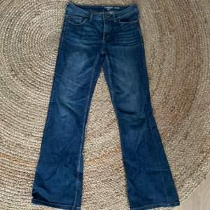 Bekväma utsvängda jeans. Säljer pga för korta. Jag är 1.60 och de sitter en aning över hälen.