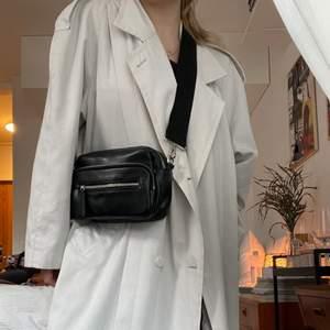 Väska med justerbart axelband från Carin Wester. Fint skick! Ev. Budgivning i kommentarerna. 150kr+frakt🍒